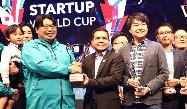 喜びを分かち合う日本代表に選ばれたLooopとスタートアップW杯 会長 アニス・ウッザマン及び審査員の方々。
