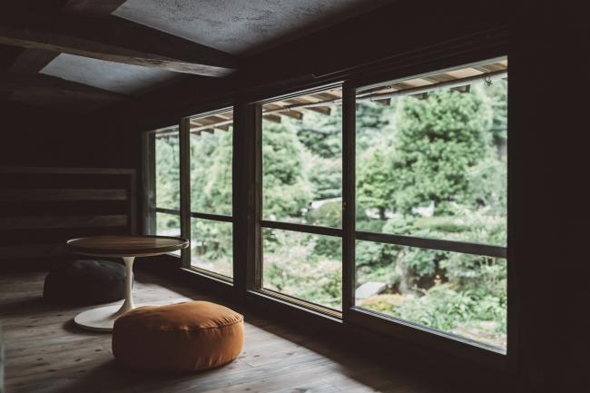 主屋のお部屋「OHYA 1」では、お部屋から美しい日本庭園を楽しんでいただくスペースがあります。