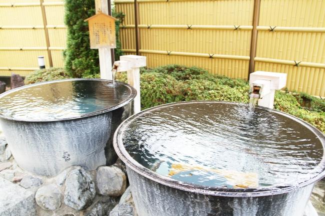 世界でも珍しい高アルカリ性温泉の「小菅の湯」は「美人の湯」としての評判も高い。
