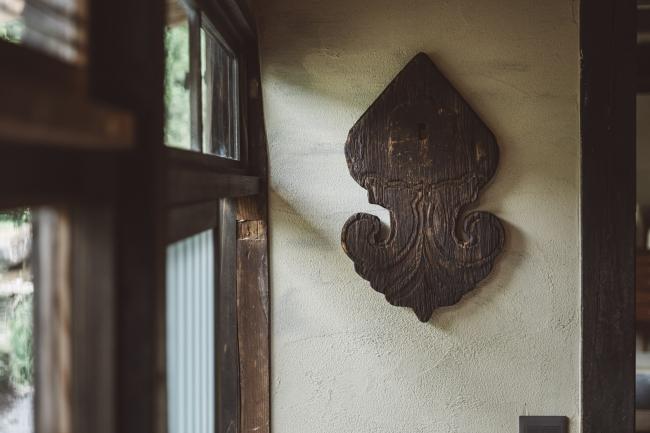 長年の間屋根の上から近隣を見守ってきた懸魚。古い道具などをアートにアップサイクルし、空間を魅力的に演出。