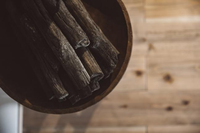 インテリアに使われている炭も、地元の村民の方が作ったもの。