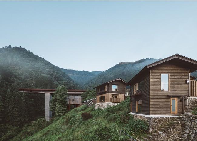 村特有の急峻な崖に立つアイコニックな新棟『崖の家』