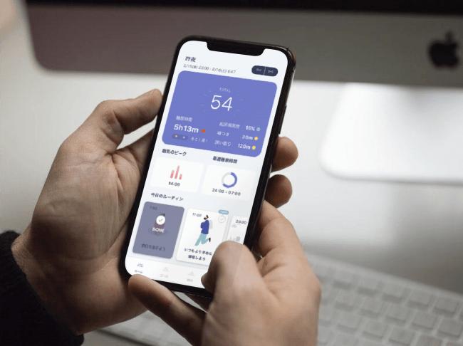 アプリ画面では昨夜の睡眠スコア(54点)や眠気のピークなどが表示されます