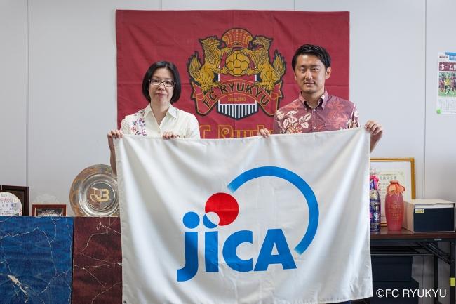 左)JICA沖縄所長 佐野景子様 (右)琉球フットボール株式会社社長 三上昴