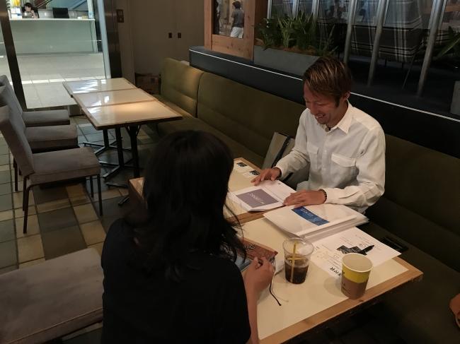 専門家からカウンセリングを受けるプロランナーの川崎友輝選手。競技力向上の為のトレーニング、ケガのリスク、摂取すべき栄養素などをアドバイス。