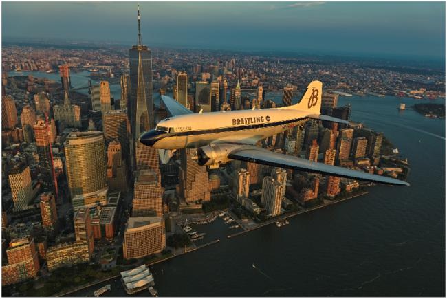 マンハッタン(米国)上空を飛行するブライトリングDC-3