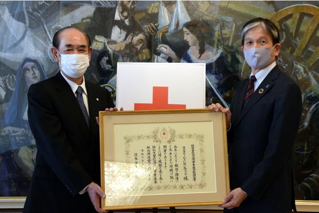 <表彰の様子(左から日本赤十字社 大塚 義治社長、 当社 代表取締役 社長執行役員 CEO江口 祥一郎)>