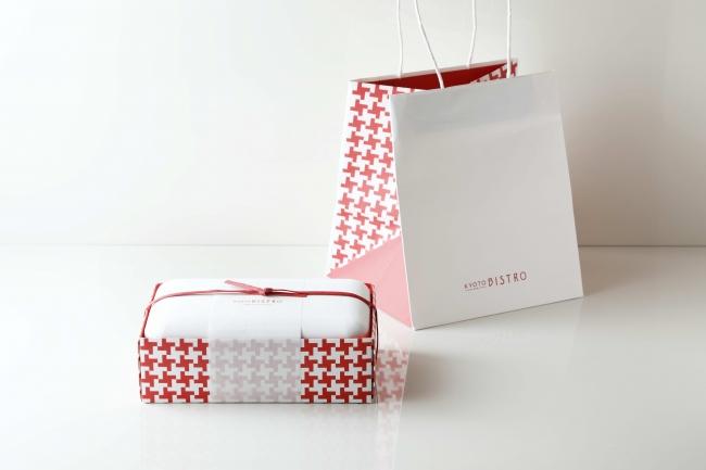 (左)メインディッシュテイクアウト用ボックス、(右)紙袋