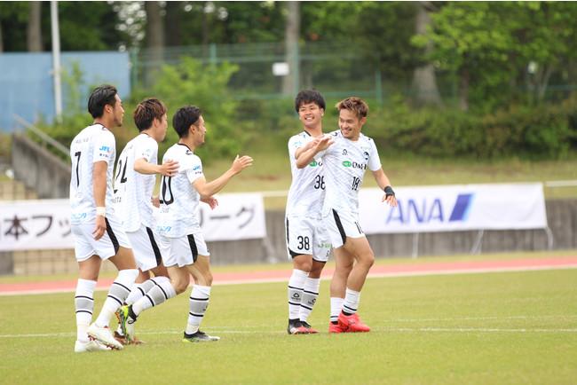 3点目を決めて喜ぶMF久保とF.C.大阪の選手