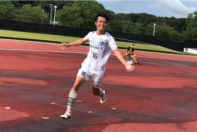 先制点をあげ喜ぶMF町田(Photo:週刊ひがしおおさか)