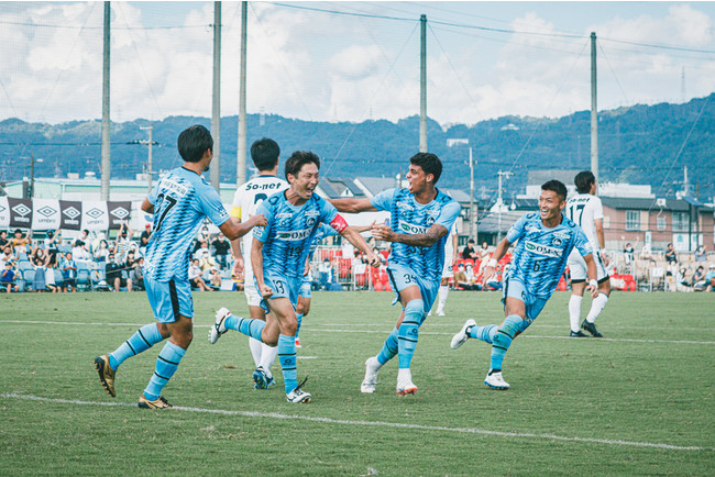 得点をあげ喜ぶDF岩本とF.C.大阪選手(Photo:宮西範直)