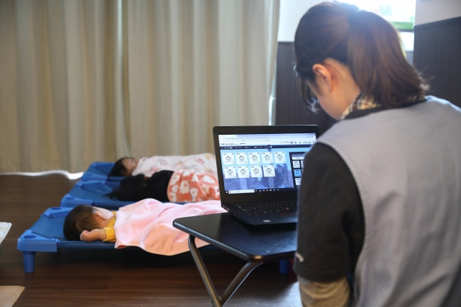 乳幼児のお昼寝を保育士とITでダブルチェック