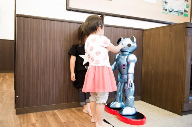 保育ロボットVEVO(ビーボ)に話しかける園児