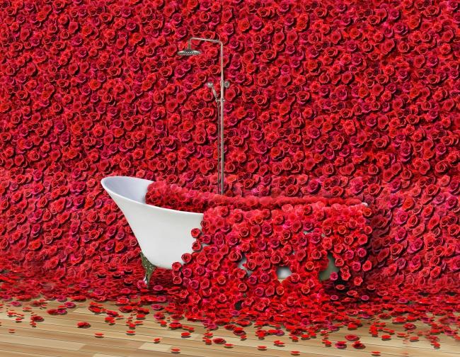 映画本編でも登場するシャワーをイメージした 薔薇に包まれたバスタブや、薔薇でできた羽根状の赫子などを展示。