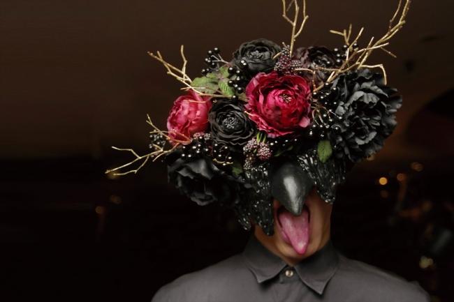 マスクをつけた支配人やサービスマンたちが演出として登場。 イマーシブ演出で、喰種レストランの世界観を体感して頂きます。
