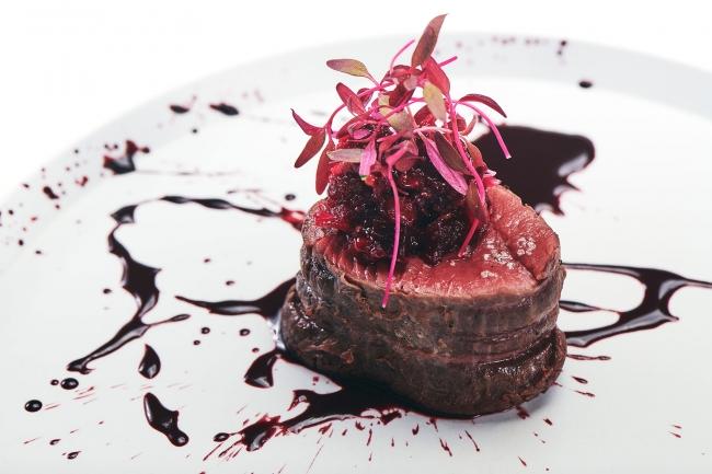 レストランエールの山本シェフ監修のフルコース。 美しく、味わい深い、血の美食をお楽しみください。