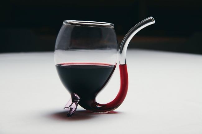 レストランエールの専属ソムリエがセレクトしたワインリスト。 通常のグラスに加えて血をイメージした吸血グラスもご用意。
