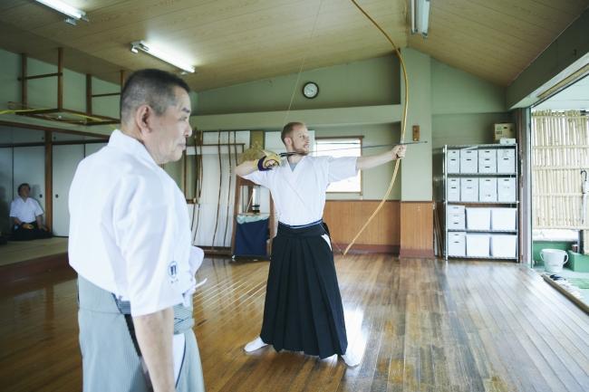 弓道は、その姿の美しさから外国人の関心が高いものの一つ。短い時間でその本質に触れることができる貴重な体験。