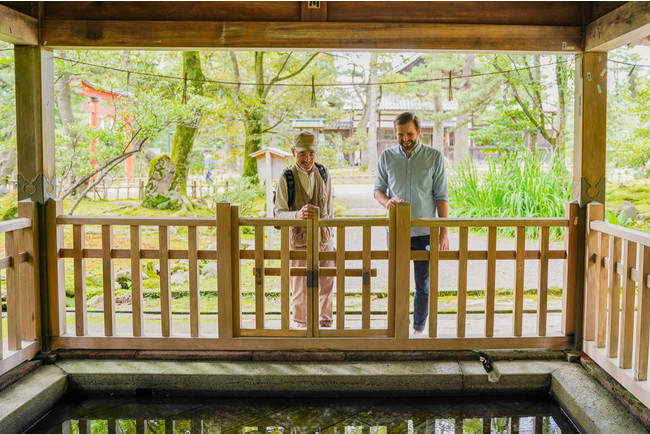水をテーマにした金沢街歩き体験。神社や庭園、美術館など、用水の足跡を辿る散策は、そのまま名所巡りになっている。利き水体験などの時間もあり、熟練ガイドとの楽しい時間を過ごしたい。