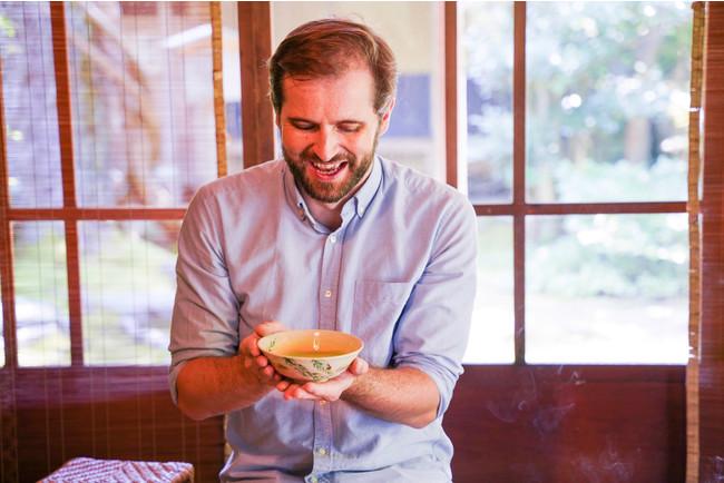 茶室での茶道体験。兼六園よりも古い歴史をもつ美しいお庭に建つ茶室では、ゲストが自分でお茶を点てる体験も。