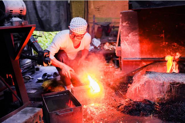 石川県で唯一人の刀鍛冶による日本刀鍛錬見学体験。実際の仕事場で一連の様子を見学する。熱と光、その迫力に圧倒される。