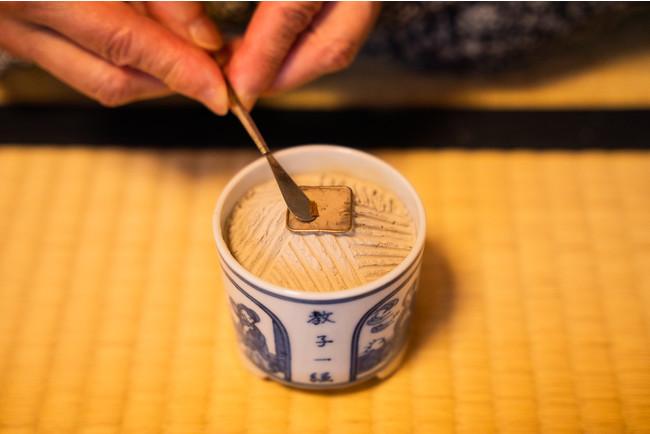 お香の専門店での香道体験。組香の一つである源氏香を楽しむ。源氏物語に初めて触れるゲストでも不思議と引き込まれていく。