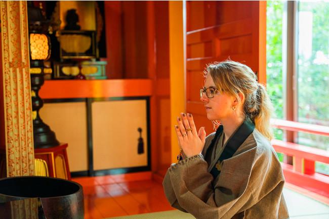 小高い丘の上、森の中にお堂が点在するお寺での座禅体験。目を閉じて自分と向き合う時間は、特別なものとなる。