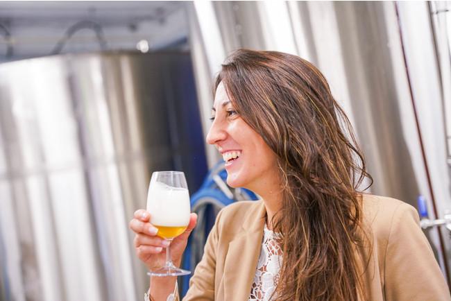 クラフトビールの醸造所を訪ねる工場見学体験。金沢市の奥座敷、湯涌温泉地区に建つ醸造所では、若い醸造士と語らいながら、地域の様々な材料を使用したビールを試飲できる。