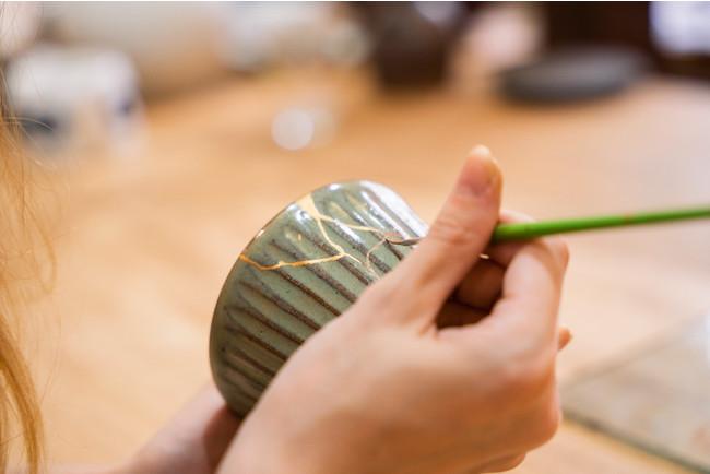 代々加賀漆を扱ってきた職人による金継ぎ体験。数ヶ月かけて修復した器に、丁寧に金の線をひいていく。