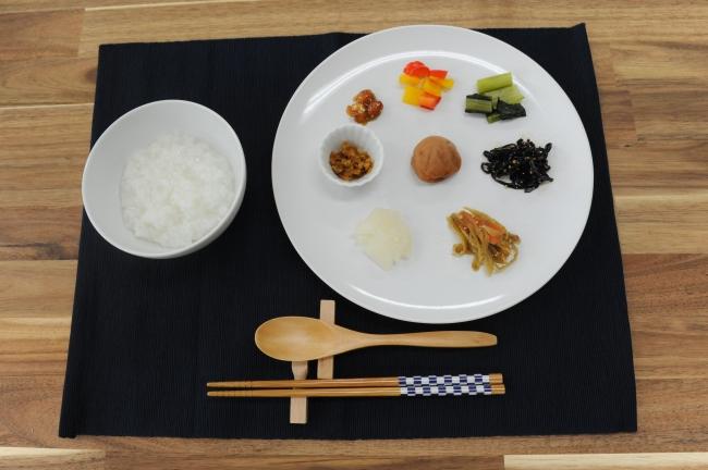 マインドフルネス・イーティング(食べる瞑想)で食材の本来の味や食感、食べている瞬間の身体の反応などに穏やかな集中をむけます