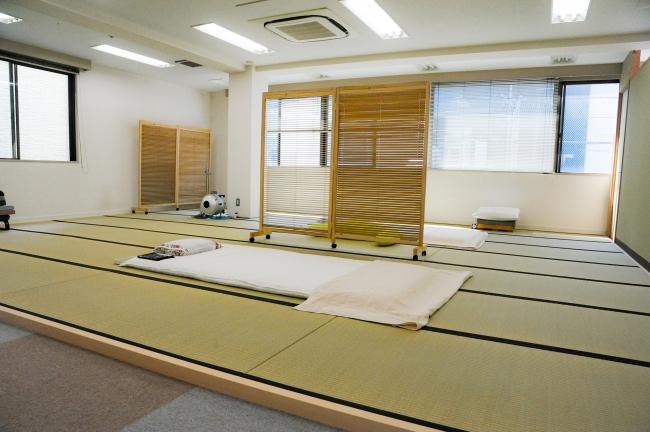 広い畳の空間でゆったりと指圧を受けることができます