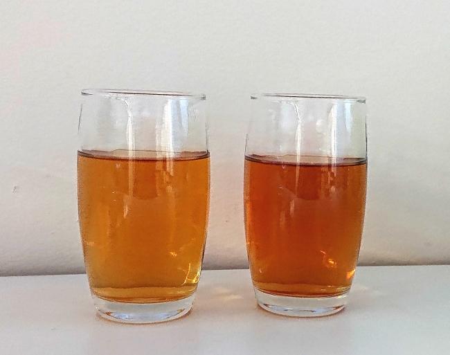 <抽出した麦茶の色比較>左:水出しでおいしい麦茶、 右:当社他製品
