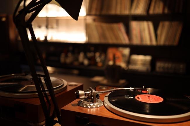 アナログレコードで音楽を流します