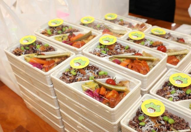 「salud出汁で炊いた雑穀玄米」や「クロレラと豆野菜のオムレツ」など命の食事を体現したお弁当。