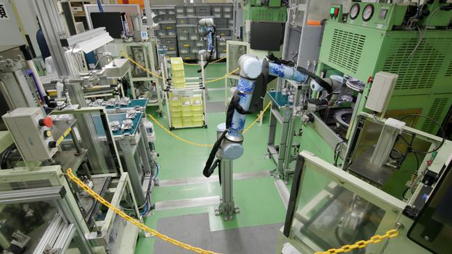 さまざまなマシンへのワークの投入・取り出し作業を行うURロボット「UR10e」