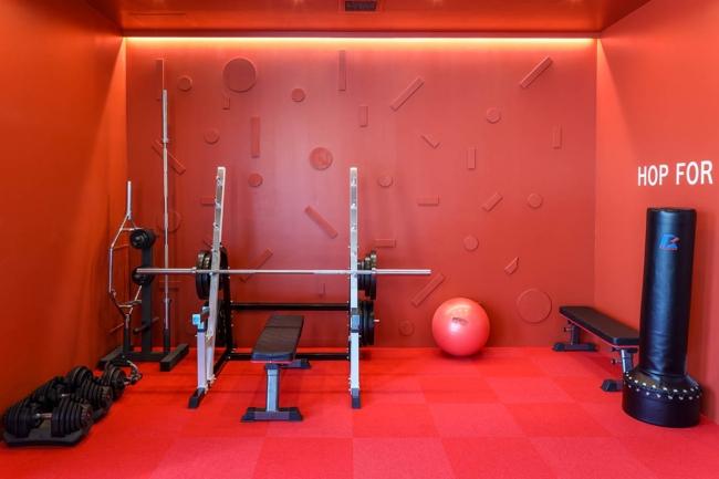 アクティブレスト(適度な運動によるリフレッシュ)ができるよう、サンドバッグや吊り輪、ダンベルなどを設置したジムスペース。