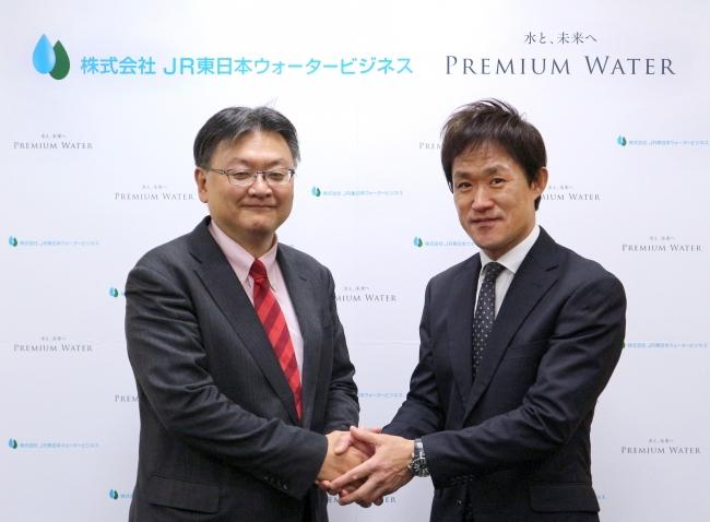 左から株式会社JR東日本ウォータービジネス 代表取締役社長 竹内健治、プレミアムウォーター株式会社 代表取締役社長 金本 彰彦