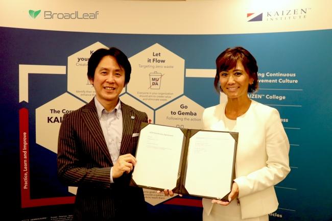 山中 健一 取締役副社長(左)と Directorの Risa Cox氏