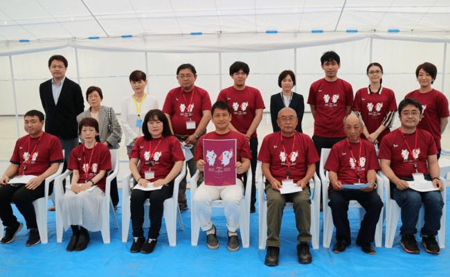 当社 代表取締役社長 山村鉄平とアイペットファーム入園者