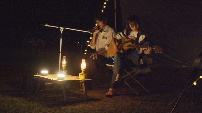 ミュージシャンによる焚き火とライブの演出