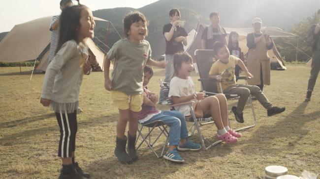 大人のアウトドア運動会でパパ・ママを応援する子供達
