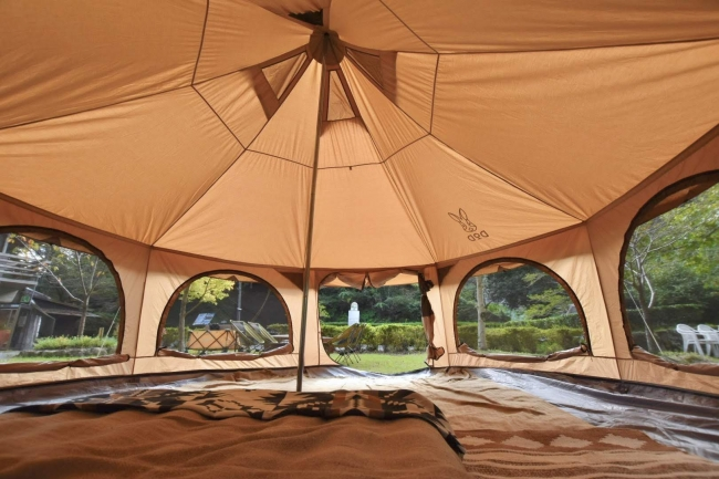 広々としたテント。高さが約3mあり、大人6人でも余裕の広さです。