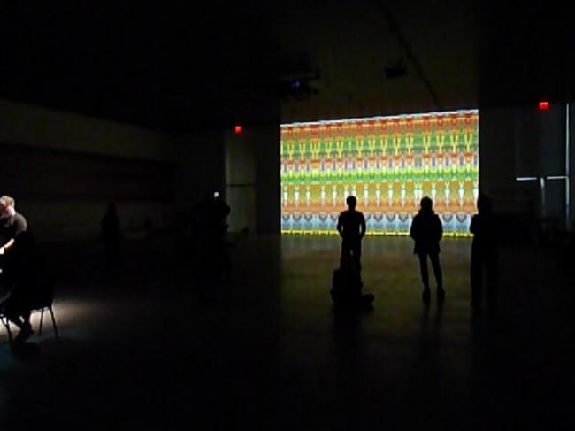 今年2月にN.Y.で発表されたリヒターの映像作品は、新たに現代音楽家とのコラボレーションにより経堂に登場。 「ライヒ リヒター ペルト」展示風景 The Shed(2019年、ニューヨーク)