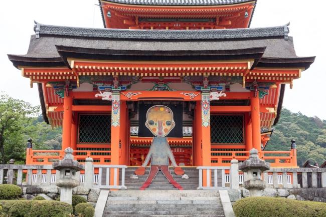 清水寺 西門では加藤泉の新作インスタ レーションが展示される。 加藤泉《無題》2019年 (本展のための特別制作) 布、革、アクリル絵具、パステル、ステンレススチール、アルミニウム、鉄、刺繍、石、リトグラフ  ©️2019 Izumi Kato