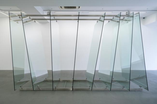 ゲルハルト・リヒター《8枚のガラス板》2012年 ガラス、鋼鉄製の金具 220×160×350cm  協力:ワコウ・ワークス・オブ・アート (C) Gerhard Richter 2019 (01082019)
