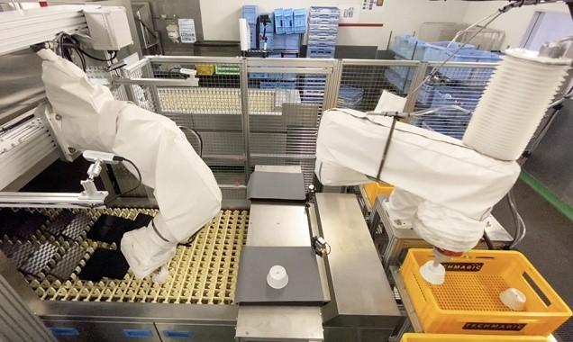 ▲ANAC羽田工場内のコンベア式洗浄機に設置されたfinibo2.