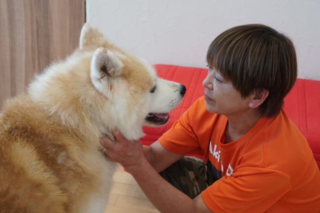 保護犬「疾風」と鈴木トレーナー。