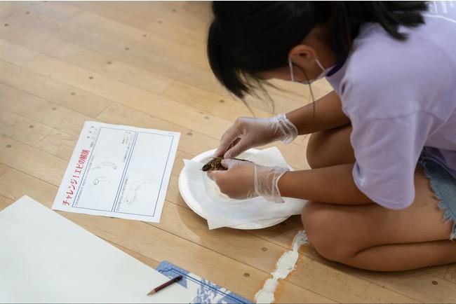 イラストを描く子供たち