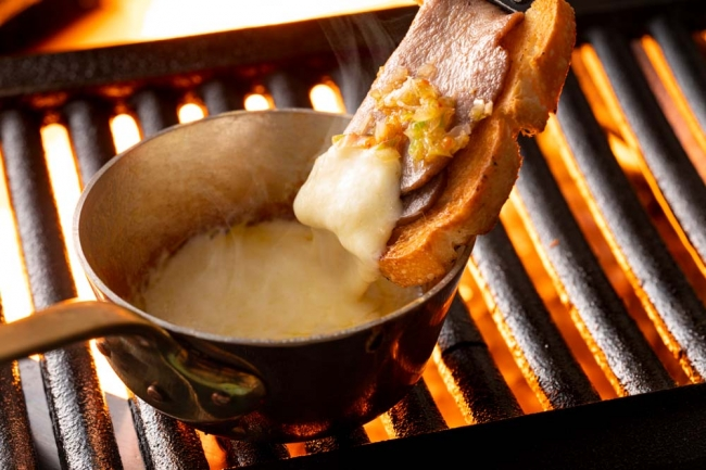 味噌上タンのフォンデュ焼き チーズフォンデュにバゲットを添えて