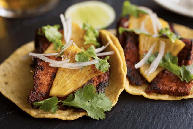 「タコ・デ・コチニータビビル」。ローストした豚腹肉のタコス。パイナップルとコリアンダーがアクセント。
